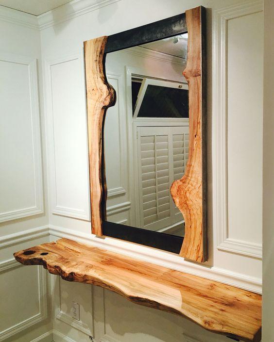 آینه با قاب چوبی